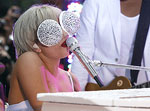 Lady GaGa надела на шоу трусы, сделанные из писем фанатов