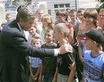 Ющенко считает задачей властей обеспечить реализацию талантов детей
