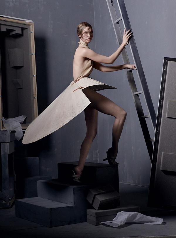 Ретроспектива Alexander McQueen в майском глянце.