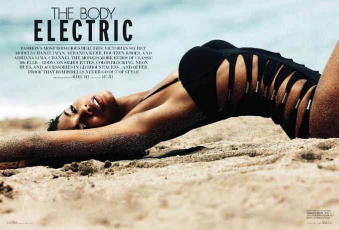 Фото ангелів Victoria's Secret на пляжі.