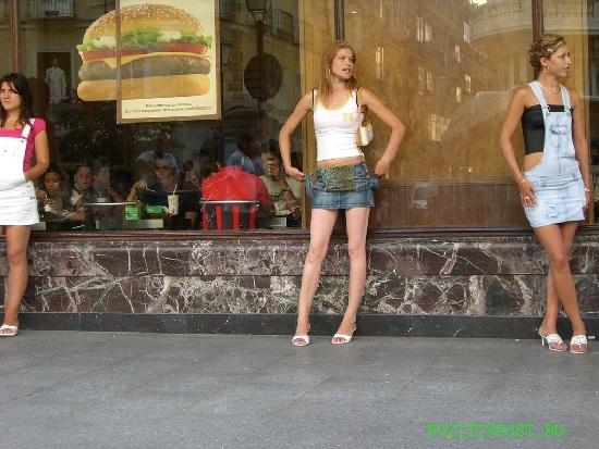 Испанские проститутки стройны. Водятся везде. Активны в любое время  суток. На прохожих внимания не обращают. Независимы