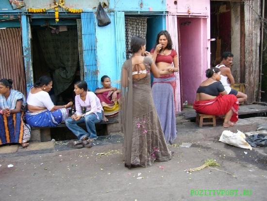 Индийские проститутки полны. Строго придерживаются национальных  одежд. Но грязны и чумазы...