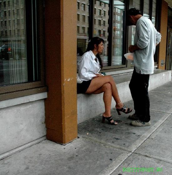 Канадская проститутка грустна и имеет обречённый и весьма  потрёпанный вид. Обитает на улицах. Не пугается дневного света